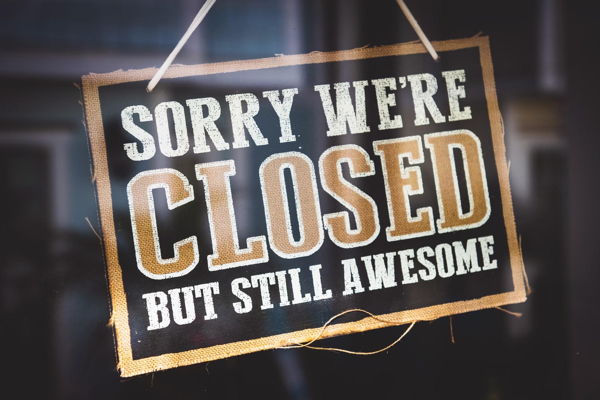 """Viele Geschäfte haben zu diesem Zeitpunkt ein Schild mit der Aufschrift """"Sorry we are closed"""" hängen."""